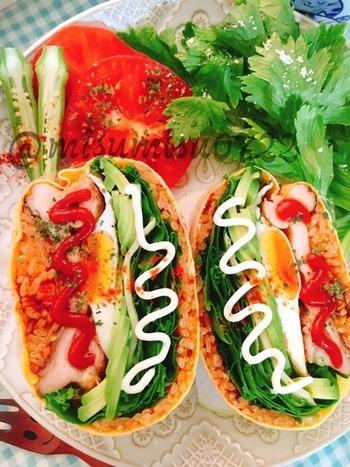チキンライスは炊飯器で炊きこむので簡単♪玉子や野菜、チキンソテーと具だくさんだから栄養もバッチリ♡