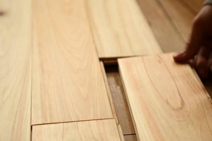 もっとずれない、本格的な床が簡単に作れないか――そういうお客様の声に応えて、誕生したのが、自分で張れるフローリング  「ジカバリ」です。