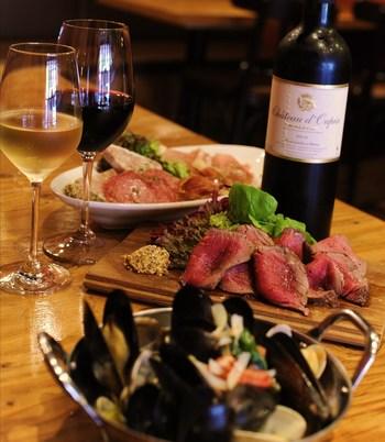 コストパフォーマンス最高のボリュームたっぷりなお肉はメニューも豊富。看板メニューのポテトサラダもボリュームたっぷりで大満足。ワイン片手にお酒も会話も止まりません。