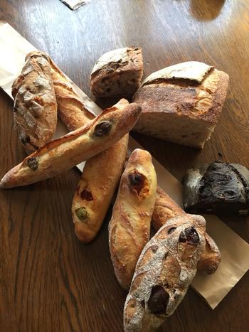 ほかにも自然の素材をふんだんに使って作り上げた、ナッツやチェリーのパンなど、こだわりの味を感じられるお店です。