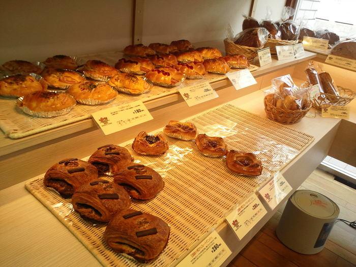 もちろん食パンやバゲットなどの定番商品もオススメ。とても親しみやすいパン屋さんなので宮の坂を訪れた時は寄ってみたいお店です。
