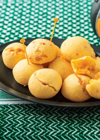にんにくとチーズの風味でおつまみにぴったりな、ポンデケージョのレシピ。かぼちゃを混ぜ込み、自然な甘味がポイントになっています。もちもち食感がクセになりそう!