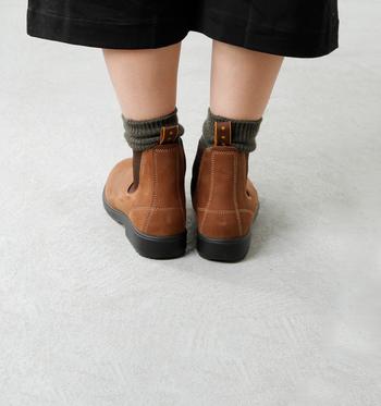 クッション性の高いインソールと、足場の悪い場所でもしっかりと安定してくれるラバーソールで、長時間の歩行もストレスなく使える設計になっているので、毎日履きたくなりそうです♪ どこか丸みを感じるやわらかな雰囲気が可愛いですよね。