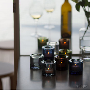 こちらは、北欧の大人気ブランド「イッタラ」×「マリメッコ」のコラボアイテム、Kiviキャンドルホルダー。「Kivi」とは、フィンランド語で「宝石」の意味。その名の通り、キャンドルに火をともすと宝石のようにゆらゆら美しい輝きをはなちます。カラー展開も豊富なので、色違いでいくつかそろえてみるのもおすすめ!