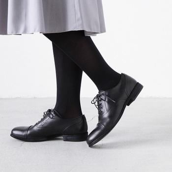 ヒールは約2.5cmと低めで歩きやすく、安定感のある印象。窮屈すぎないホールド感が心地よく、かかと部分も足にフィットするように曲線を使っており、1日履いていても快適です。 1つ1つ、職人が手作業で作っているため、ひとつとして同じものがなく、特別感がある一足です。