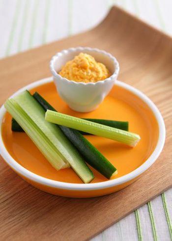 人参のオレンジ色が可愛い、キャロットディップのレシピ。クリームチーズにすり下ろした人参を混ぜるだけと簡単!あっという間にヘルシーなディップが出来上がります。