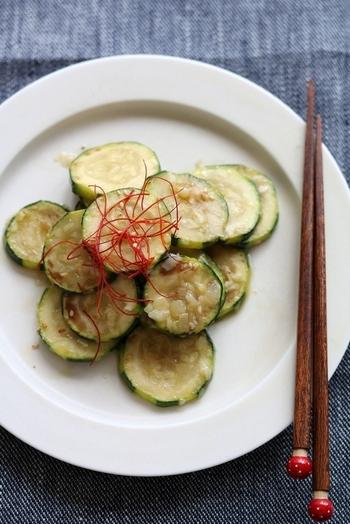 ズッキーニをこんがり焼いて、ゴマ油とネギ塩でマリネ。ナムル風の、ちょっと変わった組み合わせのレシピです。おつまみはもちろん、ご飯にも合う味付けですよ。