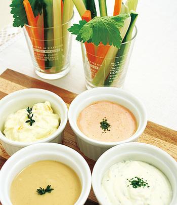 ヘルシ―な野菜おつまみといえば、つまみやすくて簡単に作れる野菜スティック。水切りヨーグルトを使ったたディップを添えれば、ワインに合うさっぱりとしたおつまみになります。