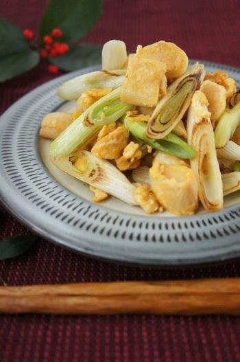 ねぎとお麩、卵を炒めた、5分でできるスピードレシピ。ねぎは少し焦げ目が付くまで焼くことで、甘味と風味が増して美味しくなります。味付けはめんつゆで楽々。ぜひ試してみて!