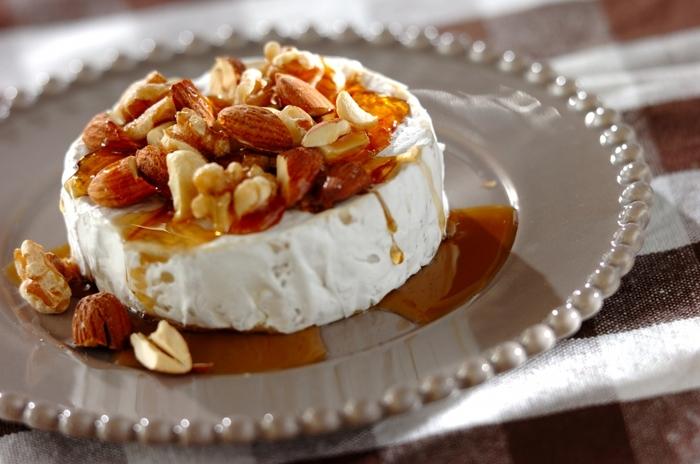スライスしたチーズにナッツのはちみつ漬けをかけて。クリームチーズやカマンベールチーズのほか、ブルーチーズとも相性が良さそうです。