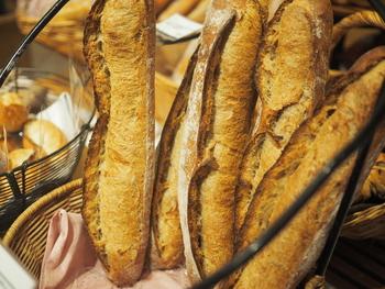 初めての方にはまずバゲットがおすすめです。フランス産の風味豊かな小麦の味をじっくり堪能できますよ。