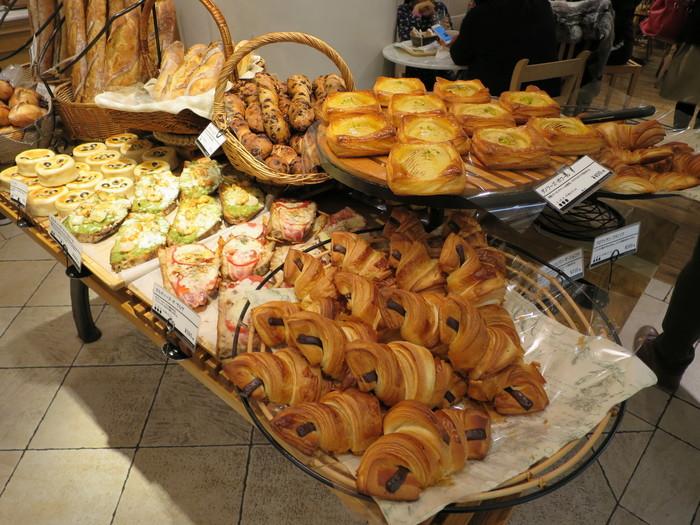 他にもパリパリのクロワッサンや惣菜系パン、菓子パンなど、常時60種類の豊富な品ぞろえです。