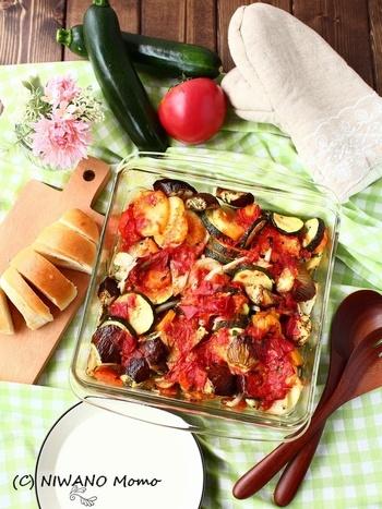 """""""ブリアム""""というギリシャの家庭料理。たっぷりの野菜をオリーブオイルやハーブなどと和え、耐熱容器でじっくり焼きます。手順は簡単、あとはオーブンまかせ。容器のまま持参して、そのまま食卓へ!冷めてもおいしいそうです。"""