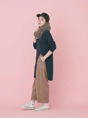 モコモコしたボアのスヌードは、ちょっぴりボーイッシュなスタイルにもよく似合います。ニットワンピースなどロング丈のトップスを着るときは、全身のバランスをとるのにスヌードは便利ですよ!