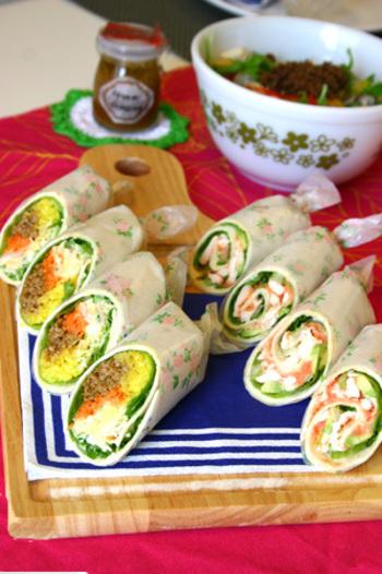 野菜たっぷりのラップサンドもサラダ感覚で女性に人気。写真右は、鶏ささみとアボカドの明太子ソース、左はキーマカレーとターメリックライスのラップサンドだそうです。