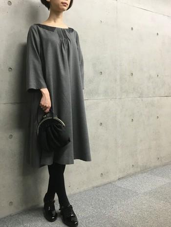 襟ぐりが可愛いAラインワンピースにはシックな小物を合わせて。シンプルなワンピースは普段着としても着回しができる一品です。