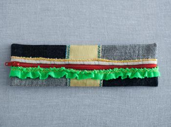 廃材やデッドストックなどを材料にして作られたブランド「FAM」のペンケース。このペンケースは、ハンディキャップを持つ方々が福祉作業所でひとつひとつ手作業で作っているんです。