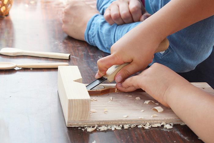 その取り組みのひとつが、自分で作るワクワク感を体感できる製品。自分で削って自分で磨いて、そのひと手間をかけることで物に愛着が生まれます。木のあたたかみや優しい感触も感じられ、木材がどんどん身近なものに思えてくる、それが森の学校が手掛ける「ヒトテマ・キット」です。
