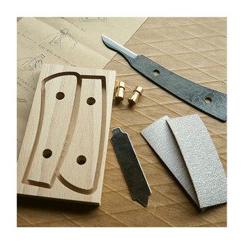 このナイフ、自分で作ることが出来るんです……! 小刀の刃と柄をネジで組み合わせるだけなので、作る工程はそんなに難しくありません。柄はブナ材で、使えば使う程味が出ます。手にしっくりくる道具をひとつ持ってみるのもいいかもしれませんね。