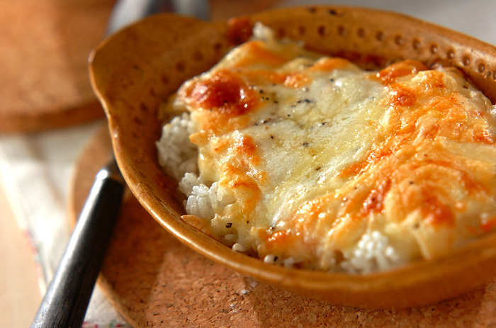 クリームシチューのリメイクレシピでは定番ですね。ピザ用チーズをたっぷり使って、美味しい焦げ目を付けるのがポイント。 作りすぎたホワイトソースを冷凍しておくと、手軽に済ませたいお昼ごはんにも便利ですよ!