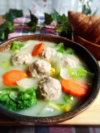 お鍋で残った白菜や肉団子を、クリームシチューの具材に! 冬は、冷蔵庫に残った白菜の使い道に困ってしまいますよね。安く手に入る食材を上手に使って、家計にも優しいレシピですね。