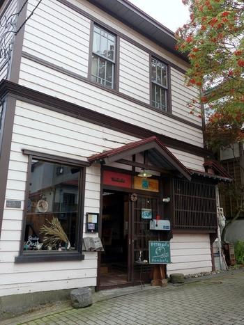 函館市伝統的建造物に指定されている建物で営業されているパン屋「tombolo(トンボロ)」。異国情緒あふれるまち函館の坂の途中にあるパン屋さんです。