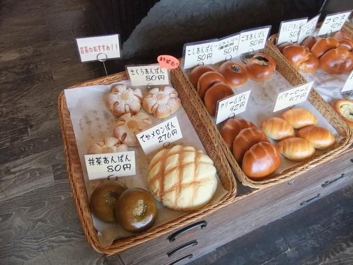 地域柄子供やお年寄りのお客さんも多いため、「気軽に食べてもらえるように」と100円以下のパンなども並んでいます。手作りのサンドイッチなどの総菜パンをはじめ、50種類以上のパンがあります。