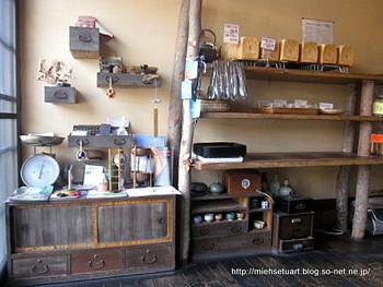 店内にはかつての日本の家庭で活躍していた古い家具や小物が飾られ、古き良き日本を思い出させてくれます。