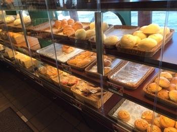 人気のカレーパンの他、豊富な種類のパンが並びます。