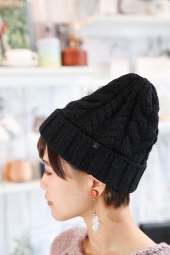折り返しがあるタイプを「ダブルニット帽」といい、一番オーソドックスな形です。ちょっと浅めにかぶり、帽子の上部を立たせるとおしゃれに見えます。