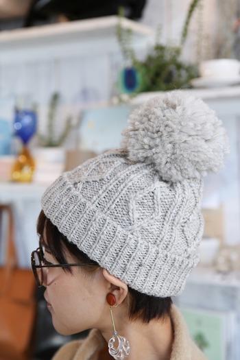 ポンポンがついているタイプは「正ちゃん帽」といわれたりします。頭のてっぺんに存在感があるので、身長が低いことに悩んでいる人や、かわいらしい印象にしたい人におすすめ。