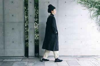 黒のニット帽は、黒のアウターなど、モノトーンコーデですっきりと。ニット帽初心者の方でも合わせやすいですよ。