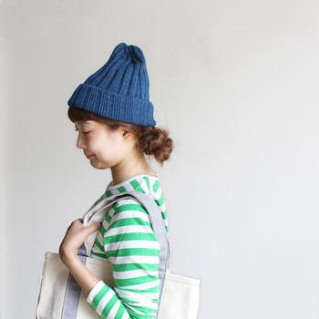 前髪あり、ロングヘアの場合は、髪の毛は下のほうでまとめます。ニット帽は軽くのせるように浅めにかぶりましょう。前髪っはニット帽で押さえられるので、鏡でしっかりバランスを見てください。