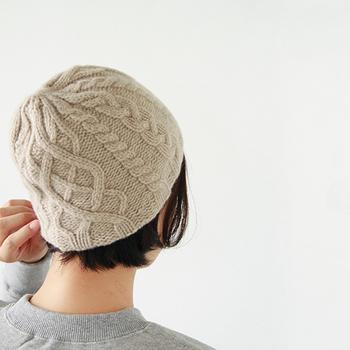 折り返しのないタイプは「シングルニット帽」といいます。ワッチやビーニーといった呼び方もあります。コンパクトなシルエットのものが多く、しっかりと根元までかぶるのがおしゃれに見えるコツです。