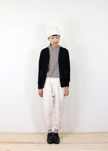 顔を明るく見せてくれるのが白のニット帽。冬はダークカラーのアイテムが多くなりがちなので、白を組み合わせることで爽やかなコーディネートに仕上がります。