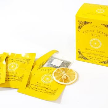 「フロートレモンティー」 ドライになった薄切りレモンと、ティーパックの紅茶がセットになっている画期的な商品。レモンは広島県瀬戸田町産、紅茶は宮崎県五ヶ瀬町の有機紅茶です。お手軽に本格レモンティーを楽しむことができます。