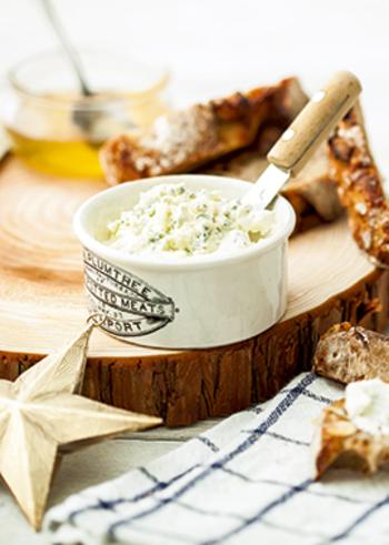 クリームチーズとブルーチーズを合わせたディップです。ドライフルーツが入ったハード系のパンによく合います。赤ワインと一緒に夕食にも♪