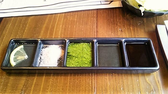 揚げたての串揚げを、特製ソース・燻製出汁・バジルソース・ヒマラヤの岩塩・レモン汁の5種をつけて頂きます。