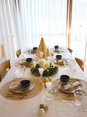 こちらは、清潔感のある白のテーブルクロスをベースに、さりげなくゴールドをきかせたシックなテーブルコーディネート。大人女子のランチ会にふさわしいしつらいです。