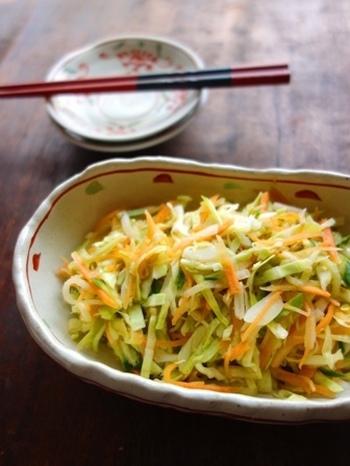 洋風でも和風でも、どんな献立にも合わせやすいコールスローサラダ。 生野菜のサラダよりも日持ちがするので、まとめて作っておけば便利です。