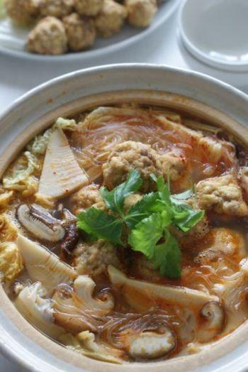 豆腐が半端に余っている、お肉がちょっと足りない、なんて時には、豆腐入りの肉団子もおすすめ。こんがり揚げてからお鍋に入れる食べ方もあり☆