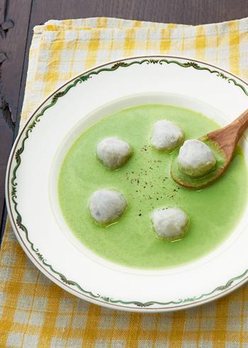 里芋はお肉に混ぜる方法がありますが、里芋だけでお団子を作ることもできますよ。キレイな緑色は春菊などの野菜の色です。スープを一度ミキサーにかけたちょっぴりおしゃれなレシピ♪