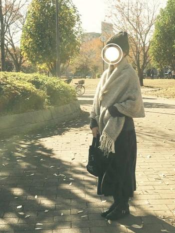 ロングスカートにニット帽とラプアンカンクリのショールを合わせた、あたたかな雰囲気のコーディネート。木々が色付く公園へ散歩に出かけたくなりますね。