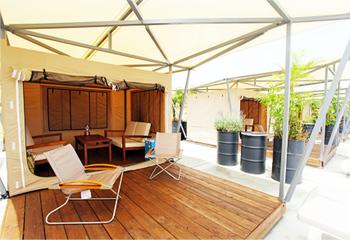 バーベキューは、ゴルフ場のクラブハウスの屋上でカジュアルにも、写真のようなソファ席を完備したラグジュアリーテントで優雅な時間を過ごしながら楽しむこともできます。(ラグジュアリーテント 利用人数:4~10名 席料一人:1,500円)