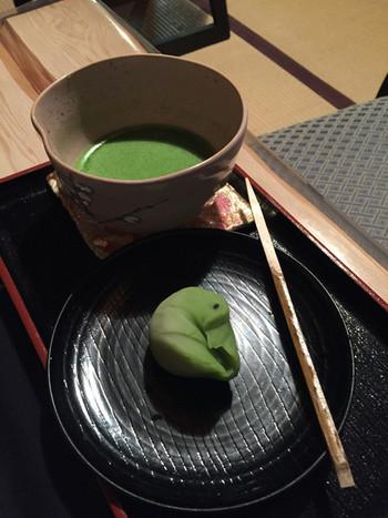 """""""且座喫茶""""とは、禅の言葉で、""""坐してお茶を召し上がれ""""という意味。町家の和室は、趣きある風情。ゆったりとお茶と和菓子を頂けます。 【画像は「抹茶と生菓子のセット」】"""