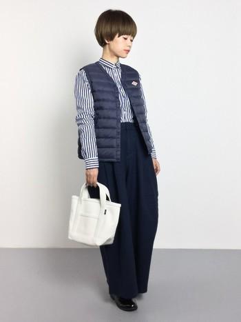 カジュアルなイメージが強いダウンベストですが、薄手なものを選ぶとこんな風にスタイリッシュに着こなすことができますね。今年流行のワイドなパンツとの相性もいいです。