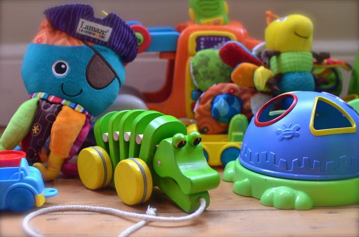 しかもおもちゃや絵本は、形や大きさ、カラーもさまざま。それゆえごちゃごちゃした印象になりがちです。 さて、どう収納したらよいのでしょうか?