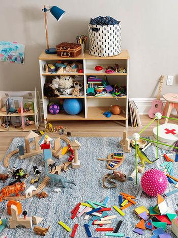 子供がいると際限なく増えてしまうのがおもちゃや絵本です。可愛いわが子が喜ぶなら、とついつい買ってしまったり、周りの方からいただいたり…。気が付くと「おもちゃだらけで、収拾がつかない!」なんていうこともありませんか?