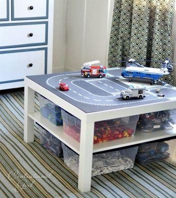 テーブルのトップに道路の柄のシートを貼って、お子さまがそのまま遊べるプレイテーブルに。こういう小さな工夫がお子さまは嬉しいもの。そこで使うおもちゃもテーブル下に収納することで、とてもコンパクトになります。