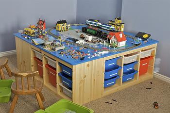 こちらはカラフルバージョンです。トロファストを4セットつなげて、トップを大きなプレイテーブルにしたアイデア。収納力も抜群なので、車・電車・ブロック・人形、どんな遊びもできちゃいます♪